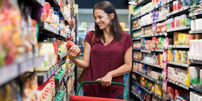 Shopper-in-grocery-aisle-reading-food-label-food-processing-industry-trends