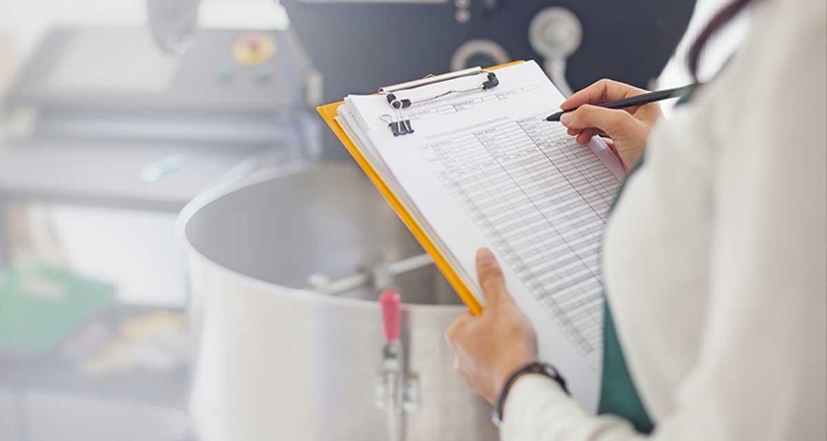 food_scientist_using_checklist